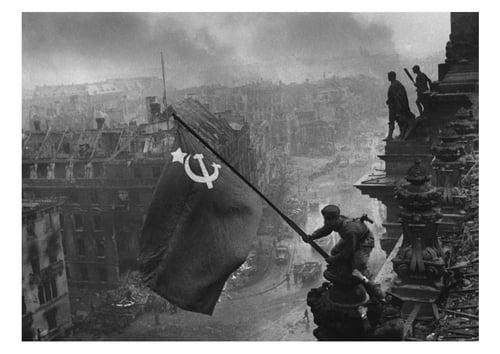 """Entrevista a Grover Furr: """"Las acusaciones de Kruschev contra Stalin son falsas"""" Bandera-rusa-en-reichstag-t7011"""