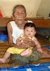 Foto Anciano y joven - mujer anciana con bebé