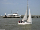 Foto Barco velero en paseo marítimo