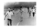 Foto Niños tras el ataque con Napalm