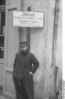 Foto Polonia - Gueto_Radom - Judío ante cartel de prohibición