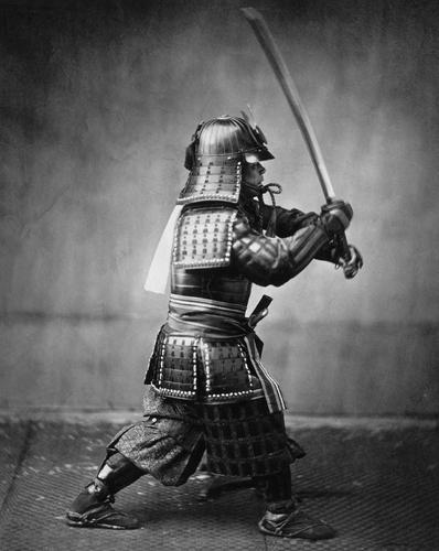 Foto samurai con espada